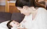 Mẹ nào đang áp dụng lịch trình ăn - chơi - ngủ cho trẻ sơ sinh bú mẹ thì cần suy nghĩ lại ngay