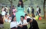 Hàng nghìn sinh viên đổ xô về Công viên Yên Sở, tranh nhau từng mét đất chụp ảnh kỷ yếu