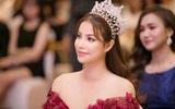 Hoa hậu Phạm Hương khoe vai trần nuột nà, đẹp kiêu sa cùng váy đỏ