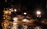Không mưa lũ, người Sài Gòn vẫn lắc đầu ngao ngán vì xe chết máy, ngã tư biến thành sông