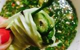 Bắp cải cuộn nhót xanh chấm chẩm chéo - món ăn chỉ nghĩ đã ứa nước miếng