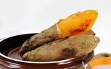 Nướng khoai lang trong nồi đất: Cách hay để khoai vừa ngon lại không lem tay!