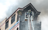 TP.HCM: Nhà 5 tầng gần chợ Kim Biên bốc cháy dữ dội