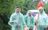 Ảnh: Nhà trai cắp dép, xắn quần, lội mưa bì bõm đến đón dâu giữa tâm bão số 10
