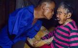 Xót cảnh người con không tay, dùng miệng bón thức ăn cho mẹ già liệt giường 91 tuổi