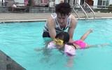 Huy Khánh giả vờ đuối nước để xem con gái 4 tuổi ứng phó