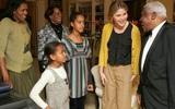 Những bức ảnh hiếm về 2 cô công chúa nhà Obama trong lần đầu đến Nhà Trắng