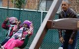 Gửi quà cho cậu út nhà Donald Trump bị từ chối, Tổng thống Obama dành tặng lại cho những người vô gia cư