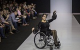 Chùm ảnh lung linh về người mẫu khuyết tật trên sàn catwalk
