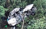 Xe Innova thành đống sắt vụn sau cú tông của tàu hỏa, 4 người chết
