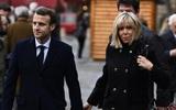 Khoảnh khắc ứng cử viên Tổng thống Pháp hôn má vợ tương lai hơn 25 tuổi khi ông mới 15