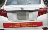 Hàng loạt taxi ở Sài Gòn dán decal phản đối Uber và Grab, Đại diện Vinasun nói: