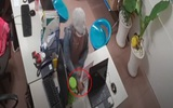Phẫn nộ clip người đàn ông dàn cảnh cho bé trai trộm điện thoại tại nhiều cửa hàng ở Sài Gòn