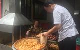 Clip: Nhập vai du khách nước ngoài đi mua bánh rán trên phố cổ Hà Nội, tìm hiểu thực hư