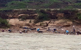Đứt cầu treo, học sinh lớp 4 rơi xuống sông mất tích trên đường đi học