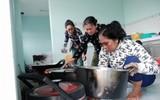 Chùm ảnh: Bữa cơm tập thể ở nhà trú bão lần đầu tiên trong đời bà con ven biển Xứ Dừa