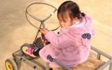 Bé nào cũng thích đồ chơi, nhưng mấy ai có bố khéo tay như nhà sáng chế thế này, làm xe tự lái tặng con gái mới chịu