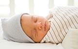 Trông ấm và đáng yêu thật nhưng quấn vậy có thể khiến con đột tử, đặc biệt là khi bé ngủ