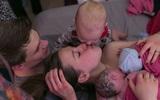 Bộ ảnh bà mẹ mang thai đôi sinh con tại nhà đẹp đến từng khoảnh khắc