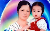 Mẹ bất ngờ bỏ con gái hơn 1 tuổi đi biền biệt, bảo mẫu trở thành mẹ nuôi cưu mang bé suốt 12 năm trời