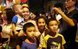 Hà Nội: Đông đúc người dân đổ đến Hàng Mã chơi Trung thu sớm, trẻ nhỏ ngủ gục trên vai cha mẹ