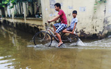 Hà Nội: Nước cống, rác thải trôi vào tận giường vì nước ngập sâu đến 70cm tại Tứ Liên