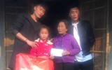 Vừa về đến nhà, hai anh em Tiến Dũng - Tiến Dụng đã đi tặng quà từ thiện cho gia đình khó khăn trong làng