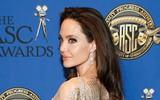 Angelina Jolie xuất hiện lộng lẫy như nữ thần, nhưng mất điểm vì cánh tay xương xẩu nổi đầy gân