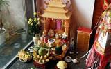 Là bàn thờ nhưng vì sao bàn thờ Thần tài lại đặt ở dưới đất chứ không phải trên cao?