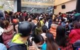Hà Nội: Hàng nghìn bạn trẻ chen lấn, tranh nhau mua mỹ phẩm khuyến mại