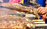 Hàng trăm người Sài Gòn rồng rắn mua cá lóc nướng cúng thần tài