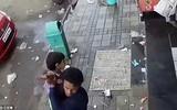 Đoạn video cảnh tỉnh nhiều bậc phụ huynh: Con 2 tuổi chơi trước cửa nhà, kẻ bắt cóc bế đi