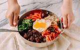 Bữa trưa có tô cơm trộn Bibimbap đúng chuẩn vị Hàn còn gì tuyệt hơn!