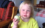Cô bé ăn cả củ hành sống đến giàn giụa nước mắt, nghe được lý do, dân mạng cười đau bụng và tán thưởng cách làm của bà mẹ