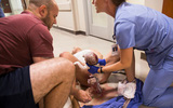 5 phút sau khi vỡ ối ở nhà, bà mẹ đã sinh con ngay trước cửa phòng cấp cứu bệnh viện