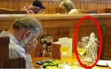 Bức ảnh người đàn ông mang tro cốt của vợ đến nhà hàng để