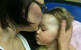 Bé gái mắc bệnh không thể cứu vãn, bác sĩ trả về cho gia đình, mẹ cô bé làm một hành động để từ biệt con thì đột nhiên