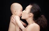 Ngày nào cũng hôn môi con nhưng mẹ không hề biết tác hại khôn lường từ hành động yêu thương này
