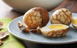 Độc đáo món trứng trà của Trung Quốc nhìn cứ ngỡ một viên đá cẩm thạch đắt tiền