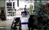 SỐC: Cặp nam nữ ung dung vào cửa hàng giật điện thoại trên tay bé gái rồi leo lên xe tẩu thoát giữa ban ngày
