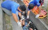 Thấy người đàn ông chết đuối dưới cống, người dân gọi cảnh sát tới vớt lên thì phát hiện sự thật bất ngờ