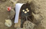 Thanh niên đi thăm mộ chó cưng ở bãi sông Hồng, phát hiện ra mộ biến thành bếp nướng thịt và xung quanh toàn là rác