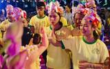 Hàng ngàn người đến đại lễ Phật Đản để được làm nghi lễ tắm Phật