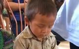 Clip bé trai ngủ gật trong ngày nhận quà từ thiện vì phải dậy từ 5h sáng để đi bộ đến nhà văn hóa khiến nhiều người rưng rưng