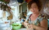 Cuộc đời nhiều nước mắt của bà chủ xe tré 45 năm tuổi giữa Sài Gòn: Chồng bỏ đi với vợ nhỏ, hai mẹ con sáng bán hàng, tối lấy vỉa hè làm chỗ ngủ