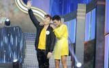 Hoa hậu H'Hen Niê mất kiểm soát, bất ngờ lao lên sân khấu ôm trai đẹp