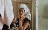 Cười ra nước mắt với lời kêu cứu từ vợ trẻ: Chồng không cho dùng mỹ phẩm, lau hết son rồi mới chịu hôn