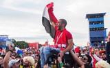 Khoảnh khắc xúc động: Nhóm CĐV Mexico và Colombia nhấc bổng một CĐV Ai Cập ngồi xe lăn lên để giúp anh theo dõi đội nhà thi đấu