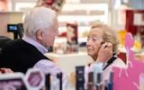Biết vợ mình sắp mất hẳn thị lực, cụ ông 83 tuổi đi học trang điểm để thành