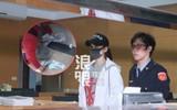 Trần Kiều Ân mệt mỏi xuất hiện tại sở cảnh sát, mang gần 80 triệu đi nộp phạt thì bị rơi vãi